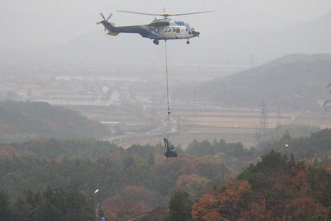 ヘリコプターでの重機運搬